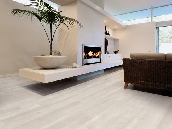 Parete atrezzata con termocacamino centrale e mensole, pavimento in parquet prefinito rovere sbiancato