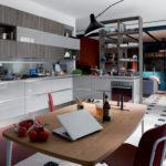 cucina e soggiorno separati da elementi a giorno