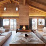 tetto in legno a vista con camino al centro del soggiorno