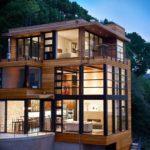 casa moderna in legno con ampie vetrate