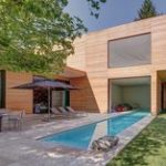 Villa moderna in legno e piscina in teak