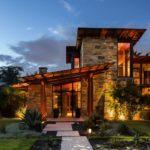 casale moderno accostamento legno e pietra