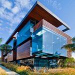 casa ultramoderna con ampie vetrate